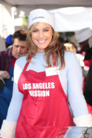 Sandra Taylor Stills at LA Mission Serves Christmas to the Homeless in Los Angeles 2017/12/22