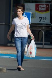 Alex Jones Stills Out and About in New Zealand, January 2018