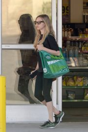 Amanda Seyfried Stills Shopping at Whole Foods in Los Angeles 2018/02/18