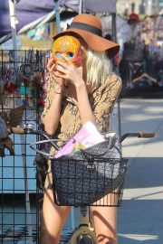 Blanca Blanco Stills Shows Her New Blonde Hairstyle Out in Venice Beach 2018/02/04