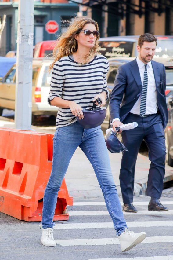 Gisele Bündchen Stills at a Construction Site in New York 2018/02/21