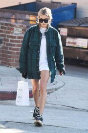Hailey Baldwin Stills Leaves Pressed Juice in Los Angeles 2018/01/11