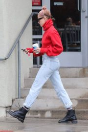 Hailey Baldwin Stills Out for Coffee in Los Angeles 2018/01/08