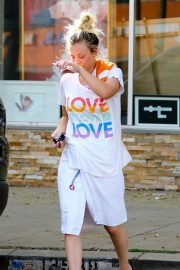 Kaley Cuoco Stills Leaves Yoga Class in Los Angeles 2018/02/12