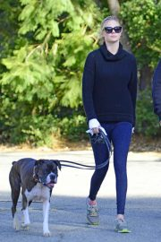 Kate Upton Stills Out with Her Dog in Los Angeles 2018/01/11