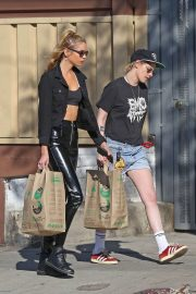 Kristen Stewart and Stella Maxwell Stills Out Shopping in Los Feliz 2018/02/17