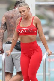 Tammy Hembrow Stills in Tights on the Set of a Photoshoot at Bondi Beach 2018/02/02