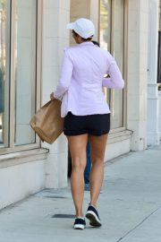 Nicole Murphy Stills in Sports Bra and Shorts Out Shopping in Los Angeles 2018/03/28 3