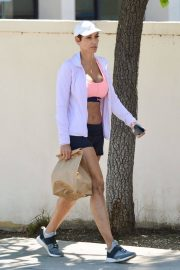 Nicole Murphy Stills in Sports Bra and Shorts Out Shopping in Los Angeles 2018/03/28 6
