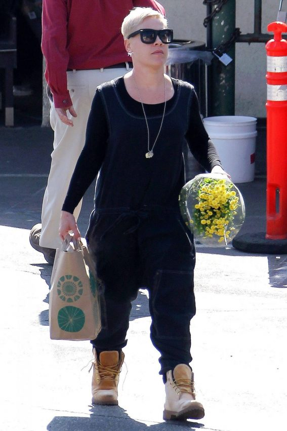 Pink Stills Shopping at Whole Foods in Brentwood 2018/02/09