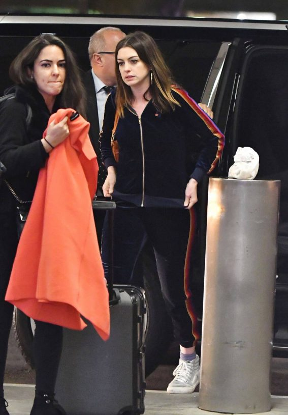 Anne Hathaway Stills at Los Angeles International Airport 2018/04/24 3