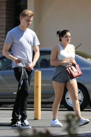 Ariel Winter and Levi Meaden Stills Renew Their Driver Licenses in Los Angeles 2018/04/25 1