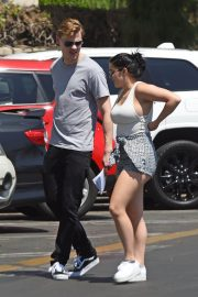Ariel Winter and Levi Meaden Stills Renew Their Driver Licenses in Los Angeles 2018/04/25 2