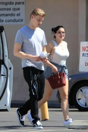 Ariel Winter and Levi Meaden Stills Renew Their Driver Licenses in Los Angeles 2018/04/25 4