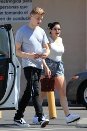 Ariel Winter and Levi Meaden Stills Renew Their Driver Licenses in Los Angeles 2018/04/25 5