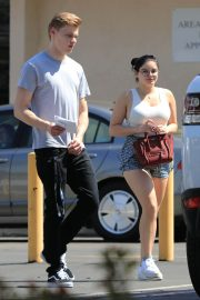 Ariel Winter and Levi Meaden Stills Renew Their Driver Licenses in Los Angeles 2018/04/25 6