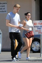 Ariel Winter and Levi Meaden Stills Renew Their Driver Licenses in Los Angeles 2018/04/25 8