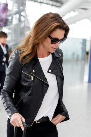 Cindy Crawford Stills at Heathrow Airport to Los Angeles 2018/04/23 1
