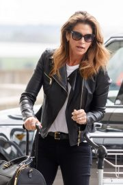 Cindy Crawford Stills at Heathrow Airport to Los Angeles 2018/04/23 2