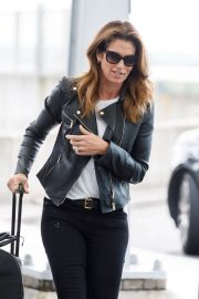 Cindy Crawford Stills at Heathrow Airport to Los Angeles 2018/04/23 4