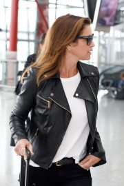 Cindy Crawford Stills at Heathrow Airport to Los Angeles 2018/04/23 5