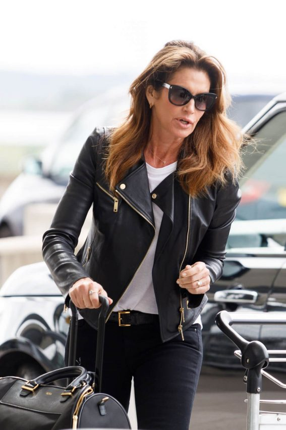Cindy Crawford Stills at Heathrow Airport to Los Angeles 2018/04/23 8