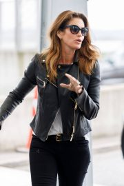 Cindy Crawford Stills at Heathrow Airport to Los Angeles 2018/04/23 12