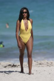 Claudia Jordan Stills in Swimsuit Celebrates Her 45th Birthday in Miami Beach 2018/04/13 1