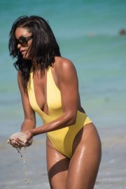 Claudia Jordan Stills in Swimsuit Celebrates Her 45th Birthday in Miami Beach 2018/04/13 8