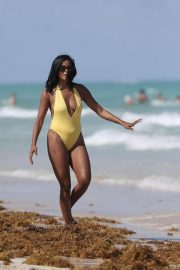 Claudia Jordan Stills in Swimsuit Celebrates Her 45th Birthday in Miami Beach 2018/04/13 19