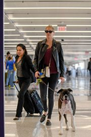 Kate Upton and Her Dog Stills at LAX Airport in Los Angeles 2018/04/22 4