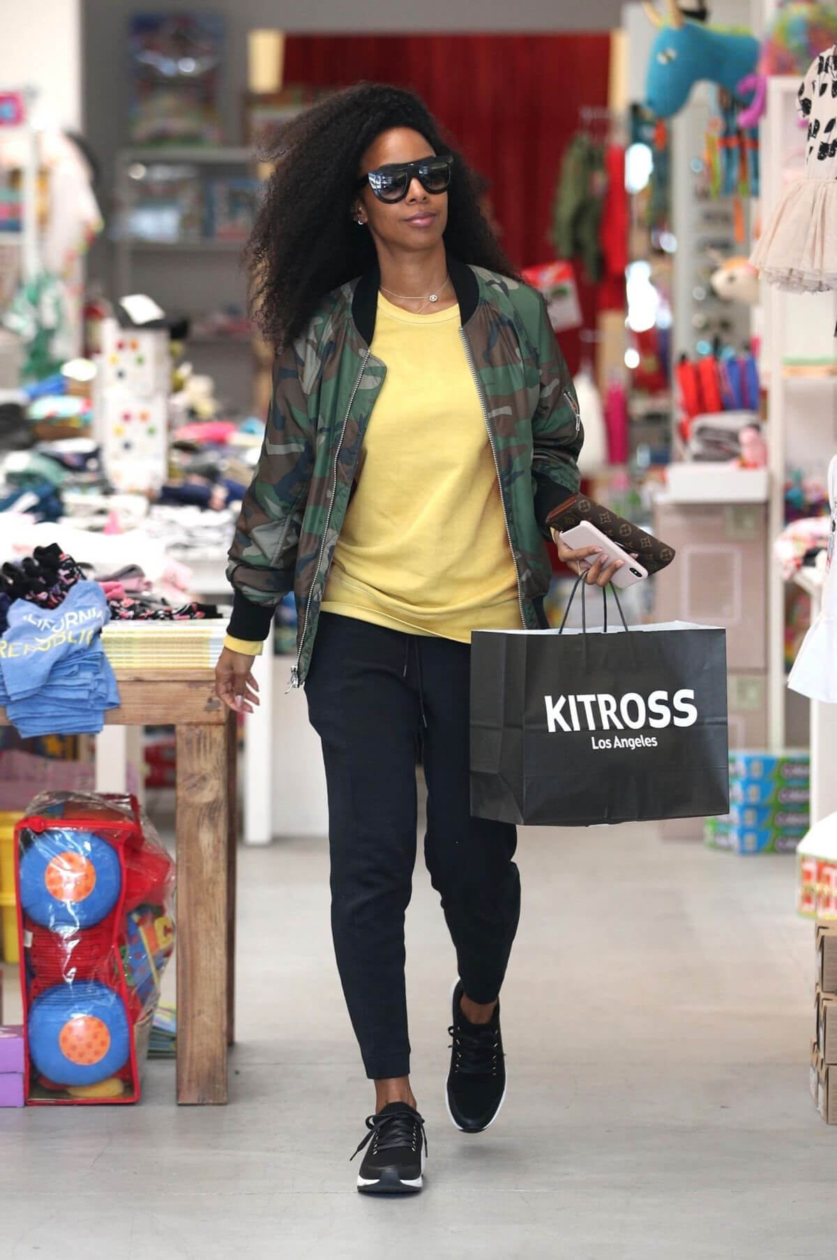 Kelly Rowland Stills Shopping at Kitross Kids in West Hollywood 2018/04/19 1
