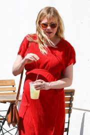 Pregnant Kirsten Dunst Stills Out for Lunch in Burbank 2018/04/24 6