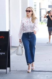 Reese Witherspoon Stills Heading to a Business Meeting in Los Angeles 2018/04/23 13