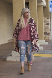 Tori Spelling Stills Leaves a Salon in Canoga Park in Calabasas 2018/03/31 4
