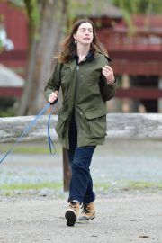 Anne Hathaway Stills at a Farm Stand in Easton 2018/05/13 1
