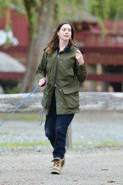 Anne Hathaway Stills at a Farm Stand in Easton 2018/05/13 2