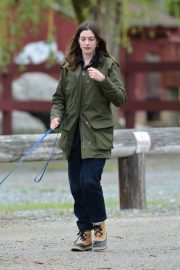 Anne Hathaway Stills at a Farm Stand in Easton 2018/05/13 4