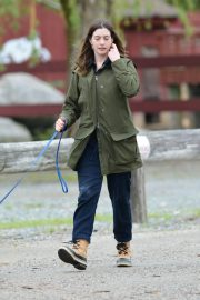 Anne Hathaway Stills at a Farm Stand in Easton 2018/05/13 5