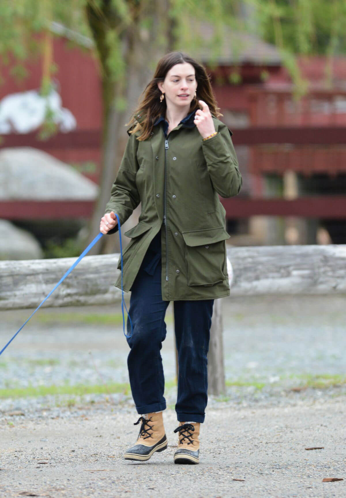 Anne Hathaway Stills at a Farm Stand in Easton 2018/05/13 6