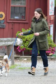 Anne Hathaway Stills at a Farm Stand in Easton 2018/05/13 9