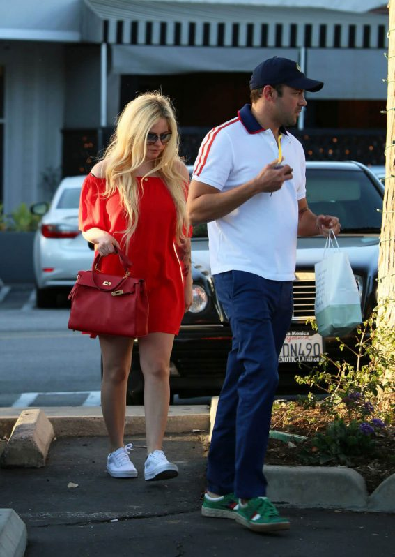 Avril Lavigne and Phillip Sarofim Stills Out in Los Angeles 2018/04/22 7