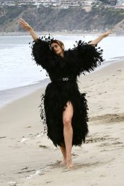 Cindy Crawford wears Black Dress on the Set of a Photoshoot at a Beach in Malibu 2018/05/24 2