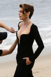 Cindy Crawford wears Black Dress on the Set of a Photoshoot at a Beach in Malibu 2018/05/24 5