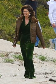 Cindy Crawford wears Black Dress on the Set of a Photoshoot at a Beach in Malibu 2018/05/24 9