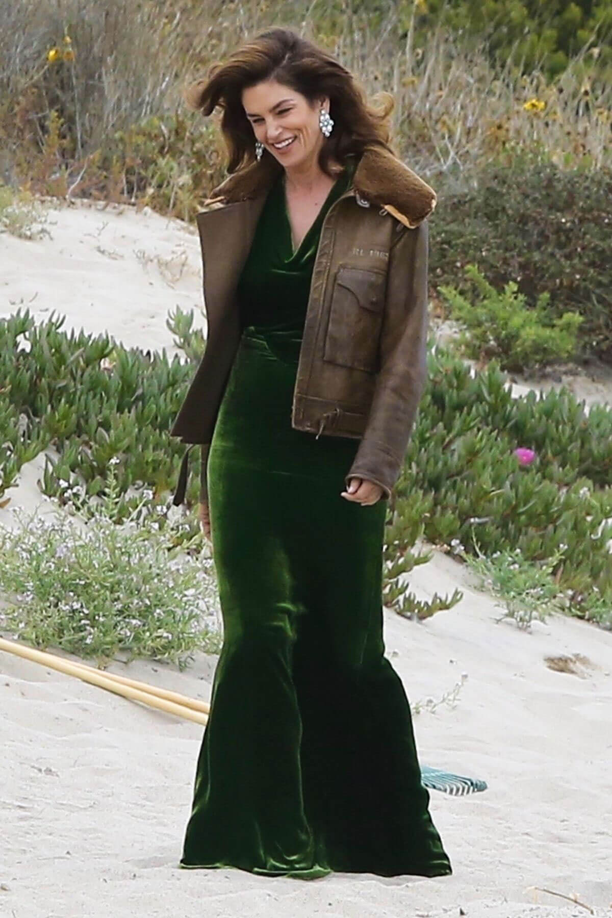 Cindy Crawford wears Black Dress on the Set of a Photoshoot at a Beach in Malibu 2018/05/24 16