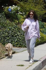 Emma Kenney Out with Her Dog in Los Angeles 2018/05/27 1