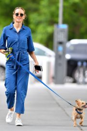 Naomi Watts Stills in Blue Jeans Jumper Out with Her Dog in New York 2018/05/22 7