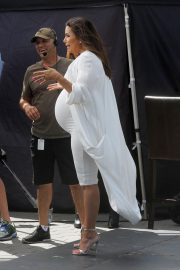 Pregnant Eva Longoria Show off Baby Bump on the Set of Extra at Universal Studios in Hollywood 2018/05/08 3