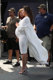 Pregnant Eva Longoria Show off Baby Bump on the Set of Extra at Universal Studios in Hollywood 2018/05/08 4